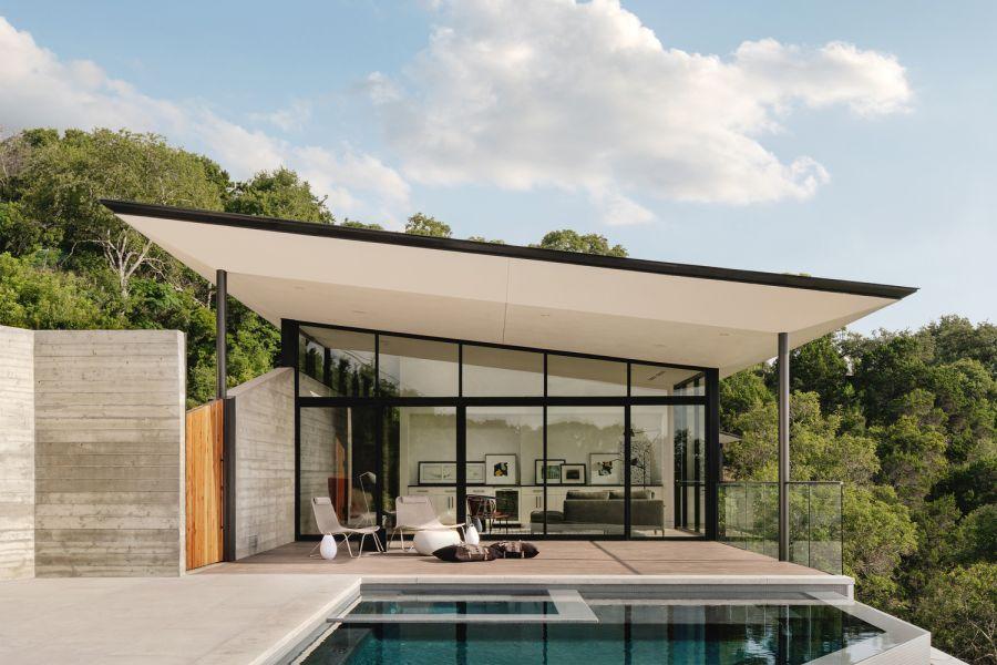 В доме окна от пола до потолка и скошенная крыша, обращающая внимание на каньон.