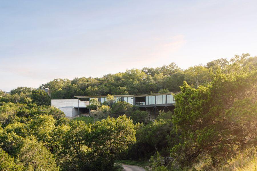 Дом дополняет естественно изогнутый участок, что придает ему эстетику бумеранга с большого расстояния.