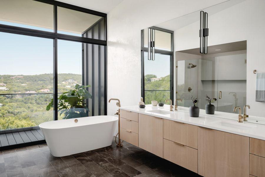 В главной ванной комнате есть небольшой балкон.