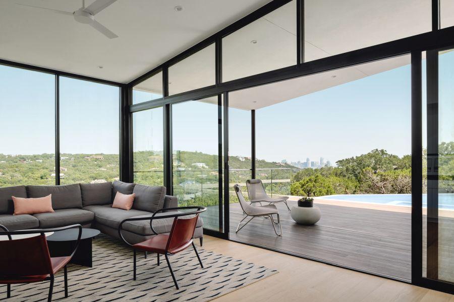 Жилые зоны также выходят на крытую террасу и красивый пейзажный бассейн.