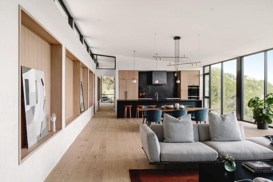 Гостиная, столовая и кухня объединены в большое открытое пространство с прекрасным обзором на 180 градусов.