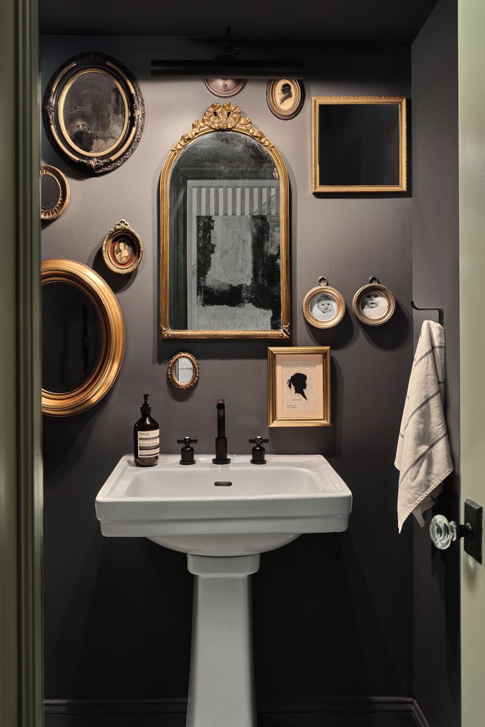 идеи стен галереи с стеной галереи старинных зеркал на фоне черной окрашенной стены