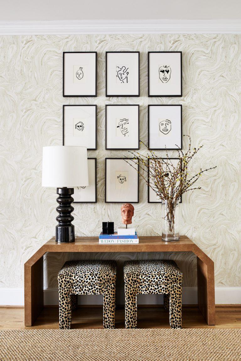 галерея идей стен с изображениями лиц в рамках