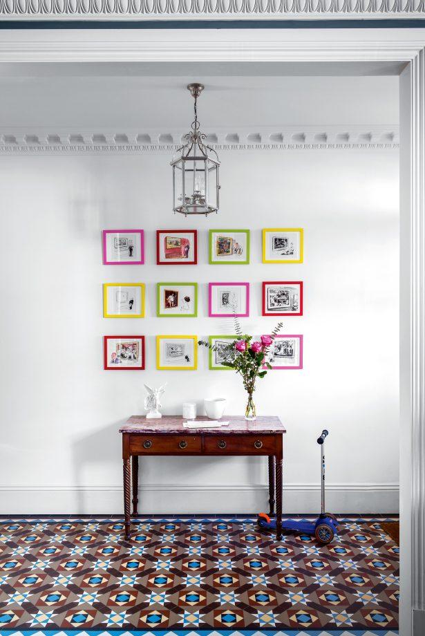 идеи стен галереи с ярко раскрашенными рамками для картин