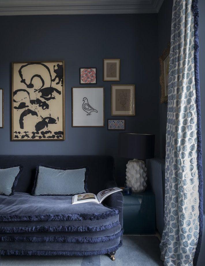 идеи стен галереи с обрамлением искусства на синем фоне