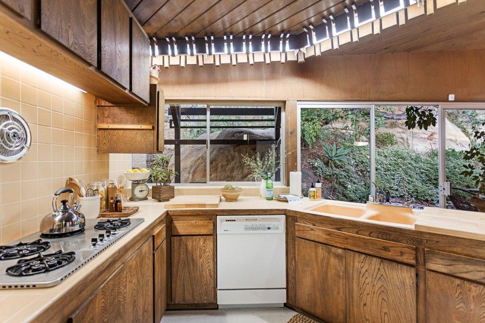 Кухня хорошо освещена и имеет привлекательную геометрию.