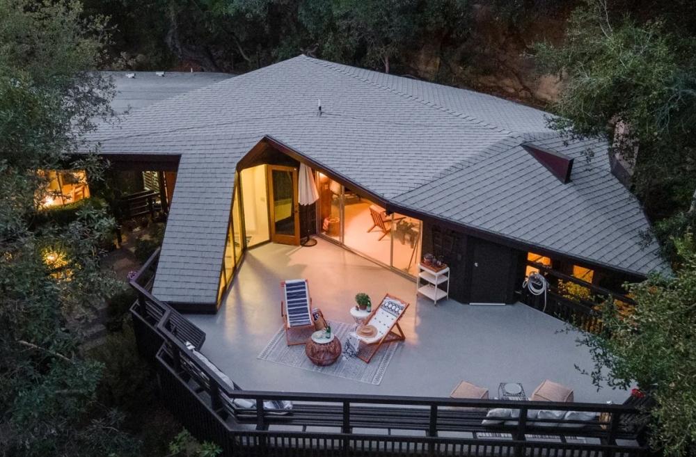 В отличие от большинства современных домов, этот имеет более органичную геометрию, созданную в соответствии с ландшафтом и видами.