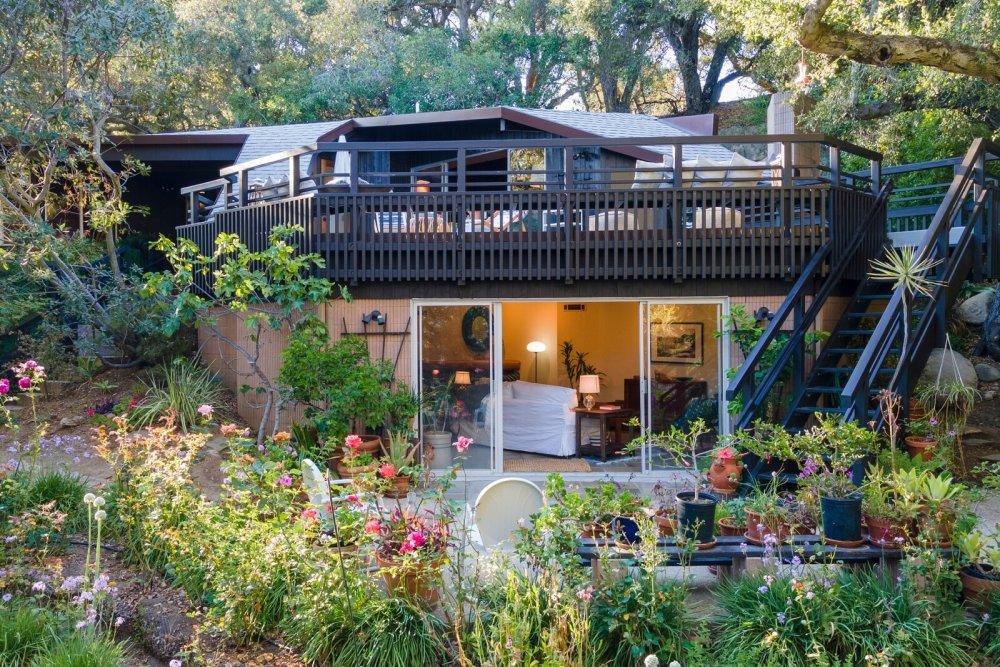 Оба этажа имеют прекрасную связь с садом и прочную связь с природой в целом.
