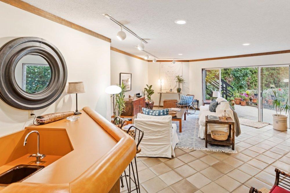 На нижнем уровне стены светлого цвета, а потолок белый, что помогает ему казаться больше и ярче.