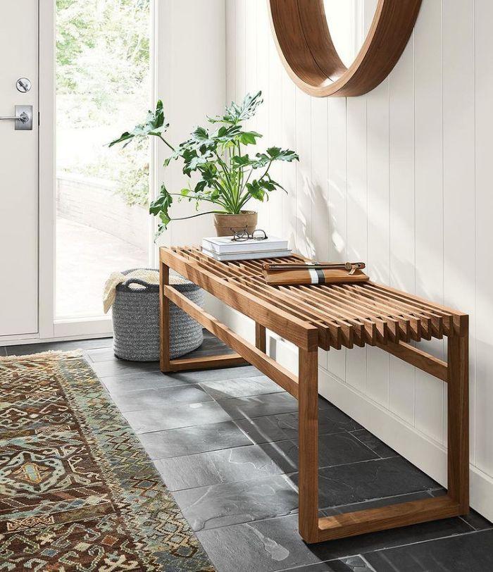 стул для прихожей с зеркалом на стене
