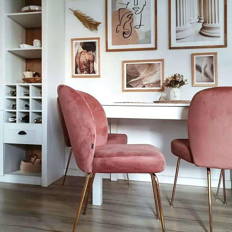 стол с фиолетовыми плюшевыми стульями