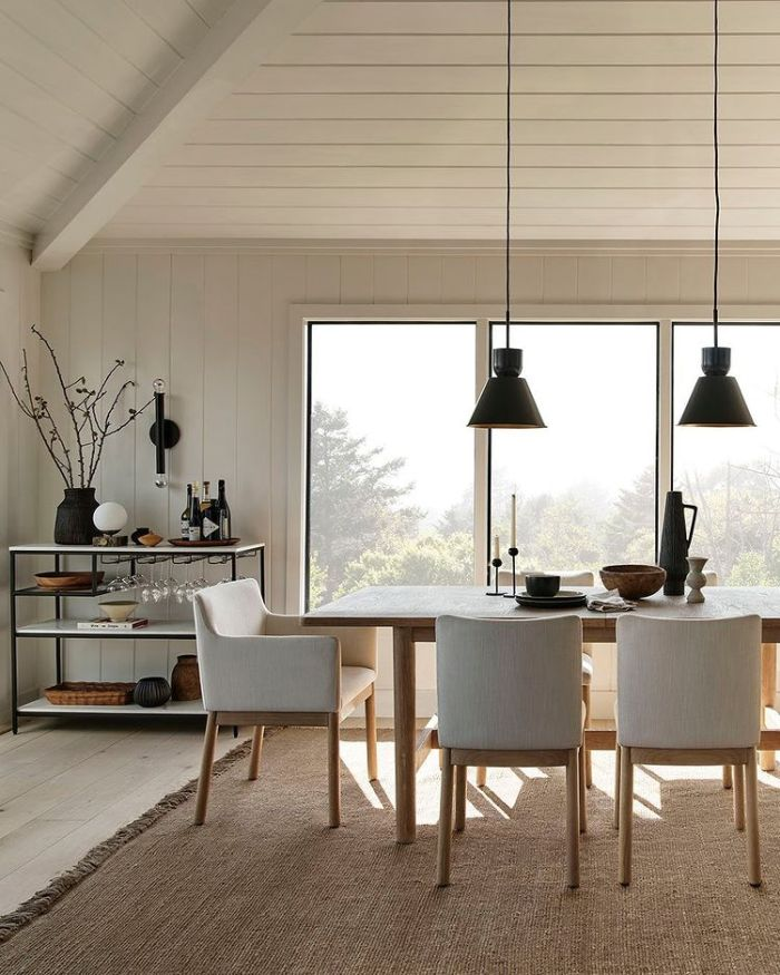 семейный стол с белыми стульями