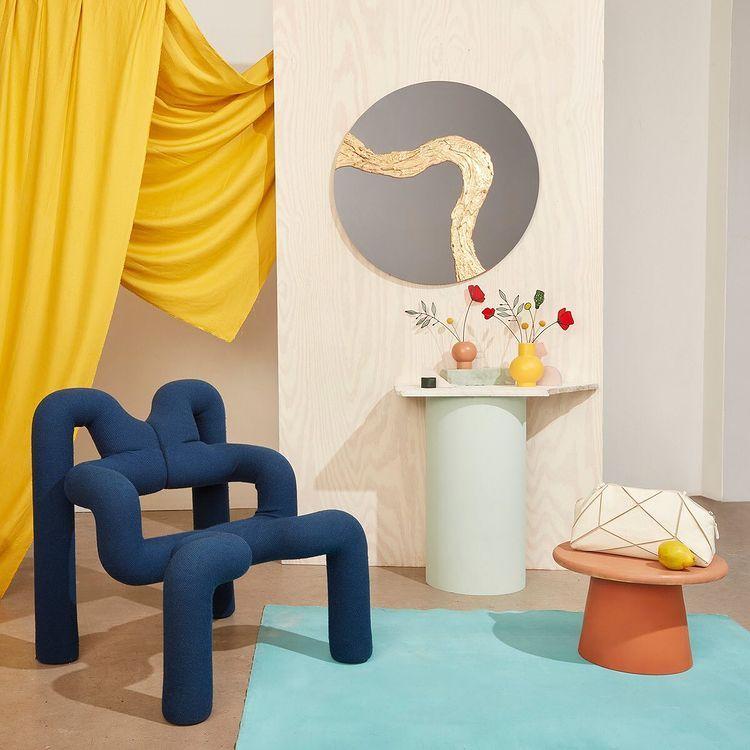 World Market - классический письменный стол с пушистым ковром - альтернатива ikea