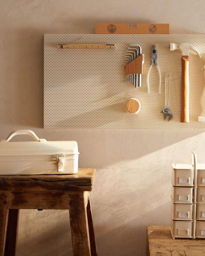 мастерская с инструментами, висящими на стене