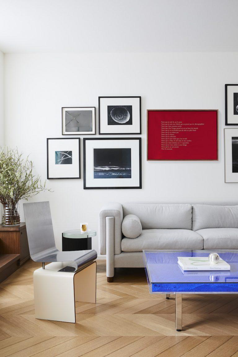 идеи стен галереи с черными рамками и принтами плакатов